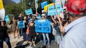 עובדי רשות השידור מפגינים מול הכנסת נגד הכוונה לפטר מאות מהם, 30.8.15 (צילום: יונתן זינדל)