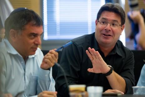"""השר אופיר אקוניס (מימין) ומנכ""""ל משרד התקשורת שלמה פילבר, בישיבת ועדת הנגבי (צילום: פלאש 90)"""