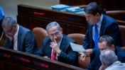 ראש הממשלה בנימין נתניהו והשר אופיר אקוניס במליאת הכנסת, 2.9.15 (צילום: יונתן זינדל)
