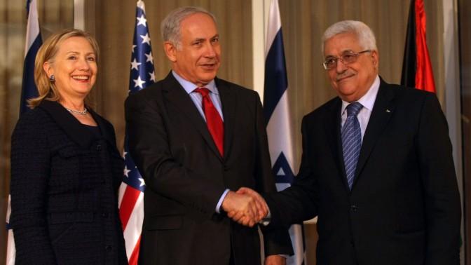 בנימין נתניהו ומחמוד עבאס לוחצים ידיים בירושלים, 2010. משמאל: הילרי קלינטון, מזכירת המדינה האמריקאית דאז (צילום: קובי גדעון)