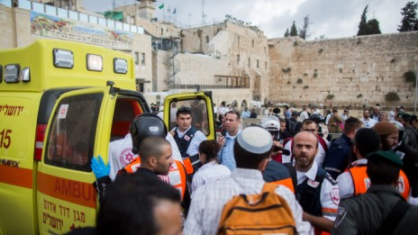 אמבולנס מפנה פצועים לאחר שפלסטינית דקרה יהודי בעיר העתיקה בירושלים, 7.10.15 (צילום: יונתן זינדל)