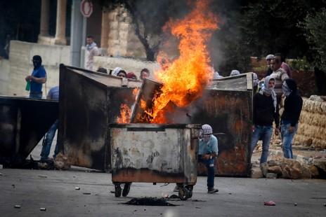 הפגנת פלסטינים ליד בית-אל, 10.10.15 (צילום: פלאש 90)