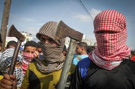 רעולי פנים מפגינים נגד ישראל ברפיח, רצועת עזה. 13.10.15 (צילום: עבד רחים חטיב)