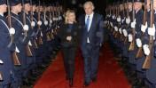"""ראש הממשלה בנימין נתניהו ורעייתו שרה צועדים בינות למשמר כבוד של הצבא הגרמני בגרמניה, 22.10.15 (צילום: עמוס בן גרשום, לע""""מ)"""