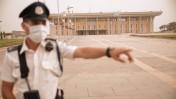 איש משמר הכנסת ברחבת הכניסה למשכן, ספטמבר 2015 (צילום: יניב נדב)