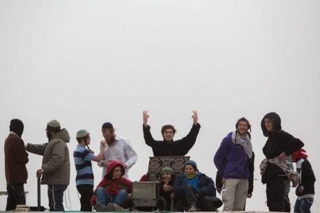 """צעירים דתיים על גג בית-הכנסת """"איילת השחר"""" בגבעת-זאב, 4.11.15 (צילום: יונתן זינדל)"""