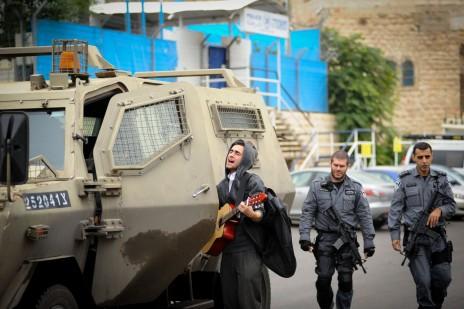 צעיר ישראלי ושוטרים, חברון, 6.11.15 (צילום: מנדי הכטמן)