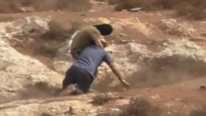 """""""נער גבעות"""" תוקף את הרב אריק אשרמן (צילום מסך מתוך הכתבה של ערוץ 10)"""