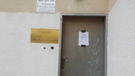 """צו הסגירה על דלת """"סוות' אל-חק ואל-חורייה"""", 17.11.15 (צילום: טאהא אגבאריה)"""