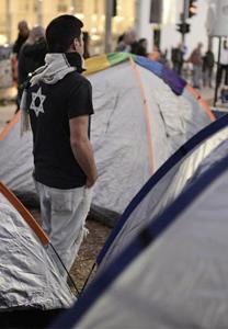 פעילים חברתיים נוטעים בראשון למרץ 2015 אוהלים בשדרות רוטשילד, היכן שהחלה המחאה החברתית באוגוסט 2011 (צילום: תומר נויברג)