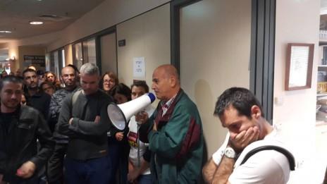 """עובדי """"גלובס"""" מפגינים מול משרדי ההנהלה, 20.12.15 (צילום: נלחמים על """"גלובס"""")"""