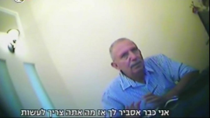 """יעקב בורובסקי מצולם במצלמה נסתרת כשהוא מתדרך לקוח פוטנציאלי, מתוך תחקיר """"המקור"""" בערוץ 10 (צילום מסך)"""