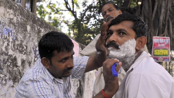 תגלחת באוויר הפתוח. מומבאי, 2009 (צילום: סרג' אטאל)