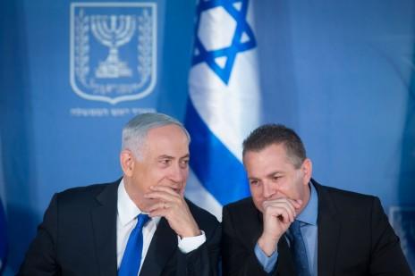 גלעד ארדן ובנימין נתניהו במסיבת עיתונאים משותפת. ירושלים, 3.12.15 (צילום: מרים אלסטר)