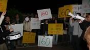 """הפגנת עיתונאי """"גלובס"""" מול ביתו של אליעזר פישמן בסביון, 22.12.15 (צילום: אורן פרסיקו)"""
