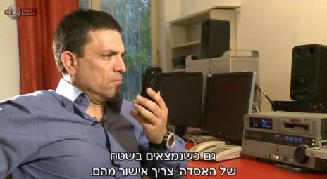 """רותם אברוצקי משוחח עם נציגת דובר צה""""ל (צילום מסך מתוך """"מבט שני"""")"""