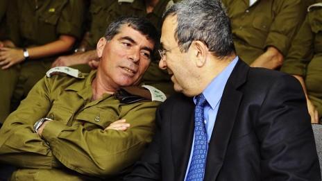 """שר הביטחון אהוד ברק והרמטכ""""ל גבי אשכנזי, 25.5.2010 (צילום: אריאל חרמוני, משרד הביטחון)"""