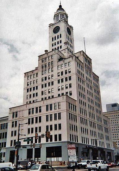 """בניין ה""""פילדלפיה אינקוויירר"""" בשנים 1924-2011 (צילום: מדבדנקו, נחלת הכלל)"""