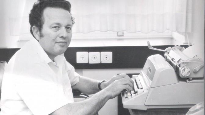 אבא מקליד במכונת כתיבה (צילום: אלבום משפחתי)