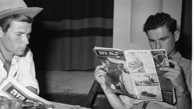 """חיילים קוראים את """"העולם הזה"""" במועדון החייל בתל-אביב ב-1948, לפני רכישת השבועון בידי אורי אבנרי (צילום: האנס פין, לע""""מ)"""