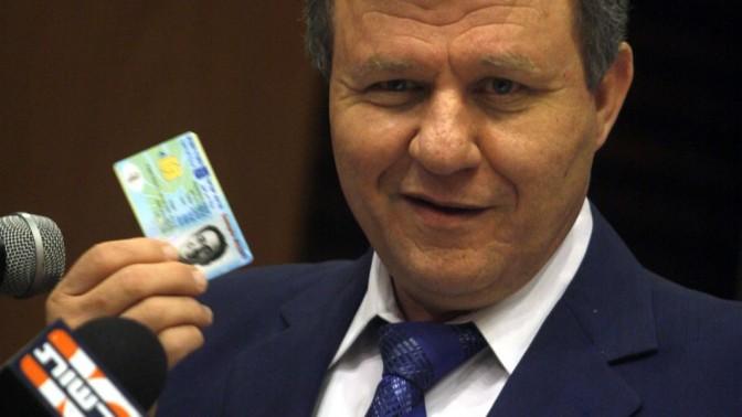 שר הפנים לשעבר מאיר שטרית, פטרון המאגר הביומטרי הישראלי, מציג דוגמה לתעודת זהות חכמה בשנת 2008 (צילום: ליאור מזרחי)