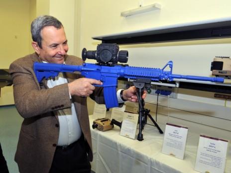 אהוד ברק בוחן ציוד במפעל אלביט, 2010 (צילום: אריאל חרמוני, משרד הביטחון)