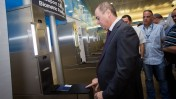 שר הפנים לשעבר סילבן שלום מדגים שימוש בדרכון ביומטרי זמן קצר לאחר כניסתו לתפקיד. נמל התעופה בן-גוריון, 20.5.15 (צילום: מרים אלסטר)