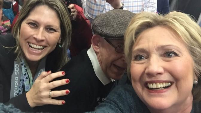 """הילרי קלינטון, המתמודדת על המועמדות לנשיאות ארה""""ב מטעם המפלגה הדמוקרטית, עם העיתונאית העצמאית טל שניידר (צילום: טל שניידר)"""