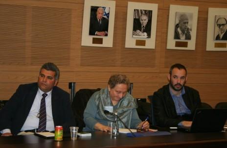 מימין: יאיר טרצ'יצקי, גלניס שוגרמן ומוחמד נג'יב, בדיון בוועדת החוץ והביטחון, 2.2.16 (צילום: אורן פרסיקו)