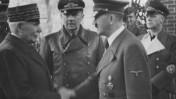 המרשל אנרי פיליפ פטן לוחץ את ידו של אדולף היטלר, אוקטובר 1940. מימין: יואכים פון-ריבנטרופ (צילום: היינריך הופמן, רישיון CC BY-SA 3.0 DE)