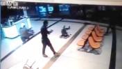 מתוך סרטון מצלמת אבטחה שבו תועדה גסיסתו של הבטום זרהום, עובד זר שעבר לינץ' בשולי פיגוע לאחר שנחשד בטעות כמחבל. בדיווחי החדשות הראשונים נטען כי זהו רגע ההשתלטות על מבצע הפיגוע. באר-שבע, 18.10.15