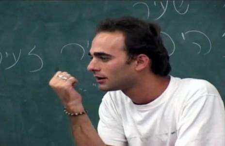 """עומר בן-רובי בסדרה """"הגל""""צניקים"""" (צילום מסך)"""
