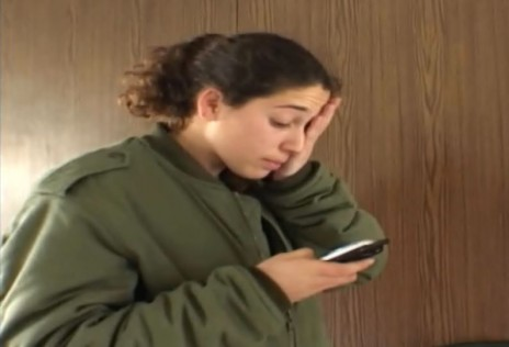 """כתבת גלי צה""""ל דנה לוי אחרי סיקור לווית קורבן פיגוע, מתוך הסדרה """"הגל""""צניקים"""" (צילום מסך)"""