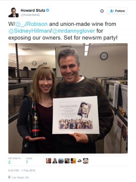 """סטוץ עם עמיתתו העיתונאית ג'ניפר רוביסון, מציגים פרס שקיבלו עבור חשיפת אדלסון כרוכש המסתורי של ה""""ריביו ג'ורנל"""" (צילום מסך)"""