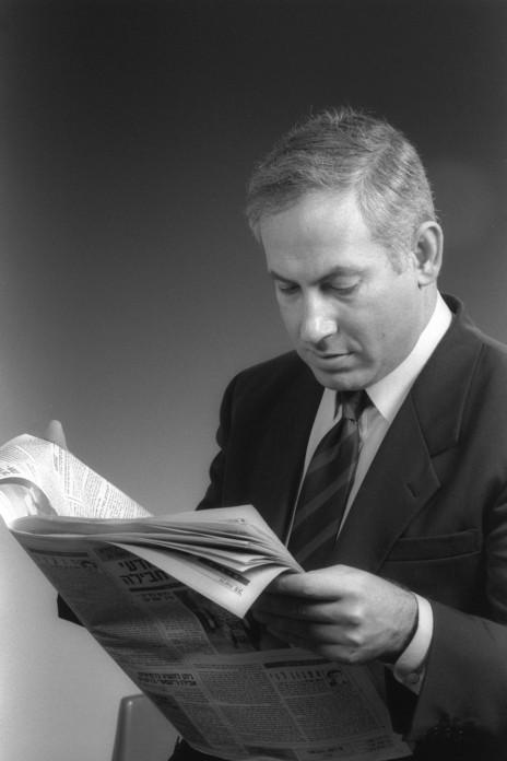 """סגן שר החוץ ח""""כ בנימין נתניהו קורא עיתון, 28.2.1991 (צילום: יעקב סער, לע""""מ)"""