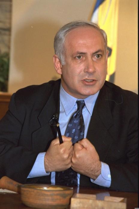 """ראש הממשלה בנימין נתניהו בראיון עיתונאי במשרד ראש הממשלה בירושלים, 18.3.1997 (צילום: יעקב סער, לע""""מ)"""