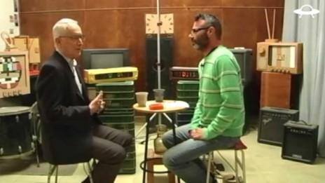 """ניר גונטז מראיין את עמוס שוקן בתוכנית """"סוגרים שבוע"""" בערוץ """"החללית"""" (צילום מסך)"""