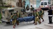 """גופתו של המחבל שחייל צה""""ל נחשד ברציחתו מפונה מזירת האירוע בחברון, 24.3.16 (צילום: פלאש 90)"""