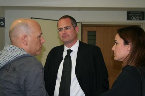 """מימין: עו""""ד דקלה בירן, עו""""ד ישגב נקדימון והעיתונאי גיא פלג, 22.3.16 (צילום: אורן פרסיקו)"""