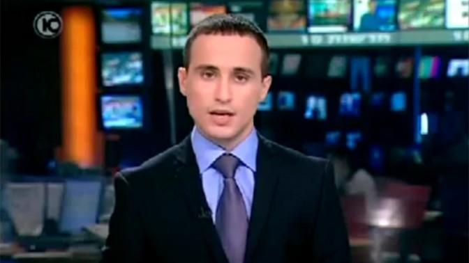 אסף צ'רנילס, מגיש בחדשות ערוץ 10, מקריא את נוסח ההתנצלות בפני שלדון אדלסון, 9.9.11 (צילום מסך)
