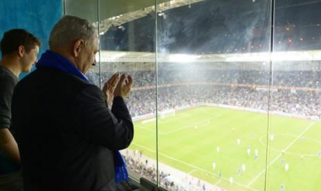 תמונה רשמית שהפיצה לשכת העיתונות הממשלתית, של ראש ממשלת ישראל צופה במשחק כדורגל (צילום: עמוס בן-גרשום)