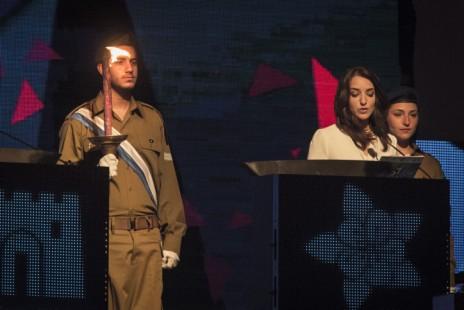 לוסי אהריש מדליקה משואה בטקס יום העצמאות הממלכתי בהר הרצל, 22.4.2015 (צילום: הדס פרוש)
