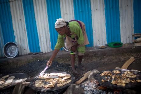 אשה מהפלשמורה מכינה מצות ליד בית הכנסת בגונדר, אתיופיה, 20.4.16 (צילום: מרים אלסטר)