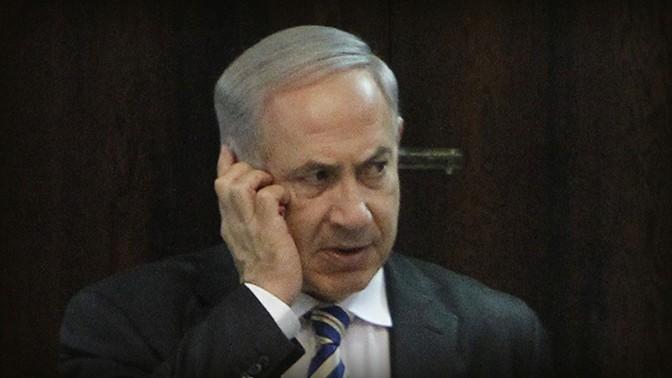 ראש הממשלה בנימין נתניהו משוחח בטלפון (צילום: מרים אלסטר)
