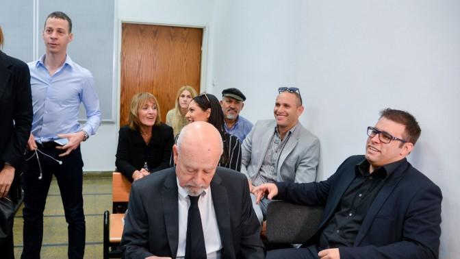 """ח""""כ אורן חזן ועמית סגל בבית-משפט השלום בתל-אביב, בדיון על תביעת הדיבה. 6.3.16 (צילום: פלאש 90)"""