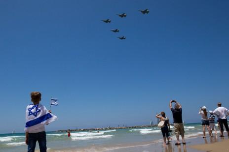 ישראלים צופים במטס חיל האוויר בחוף הים של תל-אביב, 12.5.16 (צילום: מרים אלסטר)