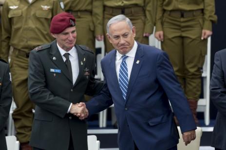 """ראש הממשלה, בנימין נתניהו, לוחץ את ידו של סג""""ן הרמטכ""""ל, יאיר גולן. בית הנשיא, 12.5.16 (צילום: יונתן זינדל)"""