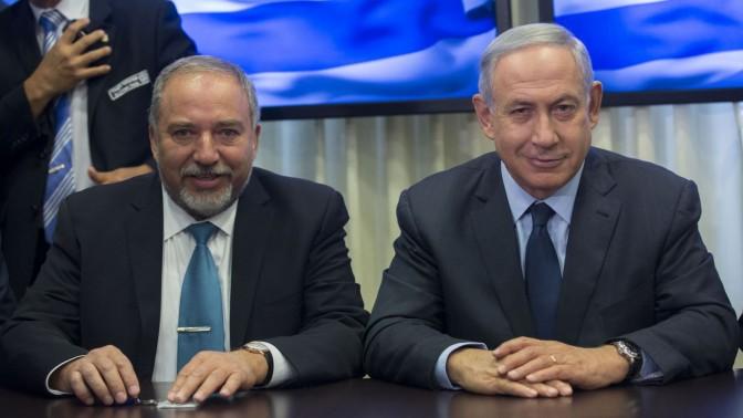 """ראש הממשלה בנימין נתניהו ויו""""ר ישראל ביתנו אביגדור ליברמן מודיעים לעיתונאים על חתימת הסכם קואליציוני, 25.5.16 (צילום: יונתן זינדל)"""