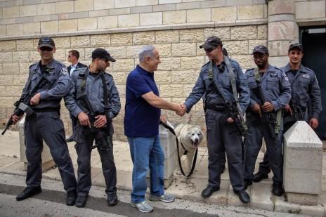 תמונה 5: נתניהו לוחץ יד לעובדי מדינה שמאבטחים אותו, 13.5.16 (צילום: צלם לא ידוע, פורסם בעמוד הפייסבוק של ראש הממשלה ללא קרדיט)