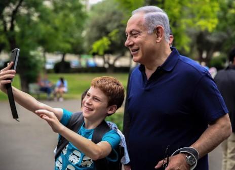 תמונה 6: צלם לא ידוע מצלם ילד מצלם סלפי עם ראש הממשלה נתניהו, 13.5.16 (פורסם בעמוד הפייסבוק של ראש הממשלה ללא קרדיט)